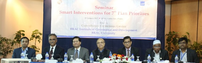 From left – Hasanuzzaman Zaman, Outreach Manager, Copenhagen Consensus Center, Additional Secretary of the Finance Division Mohammad Muslim Chowdhury, Policy Advisor of the Access to Information (A2I) project of the Prime Minister Office (PMO) Anir Chowdhury, Dr. Sultan Hafeez Rahman, Executive Director, BRAC Institute of Governance and Development (BIGD), Member of the Planning Commission (GED) and Senior Secretary, Dr Shamsul Alam, Commissioner of the Anti-corruption Commission (ACC) Dr Nasiruddin Ahmed and Shahariar Sadat, Academic Coordinator, South Asian Institute of Advanced Legal and Human Rights Studies (SAILS)